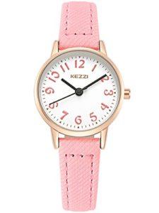 KEZZI – Montre à Quartz Enfant Fille Cadran Ronde Bracelet en Cuir PU – Montre Etanche à L'eau 30 M simple Vintage Couleur Rose
