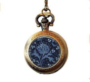 qws Artichaut Collier – William Morris – Artichaut Bleu – Arts & Artisanat – Kelmscott – Collier Montre de Poche Bleu – Bride Something Blue – Bijoux Botaniques